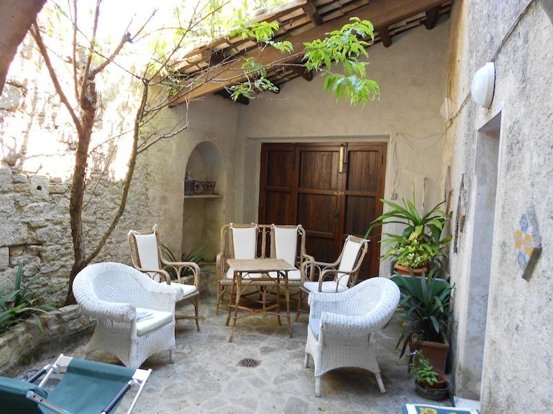 Case vacanza the house of baron a erice da 30 a 70 a for Case arredate da architetti famosi